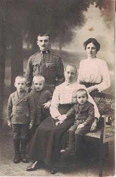 Voják na dovolence s rodinou - momentka