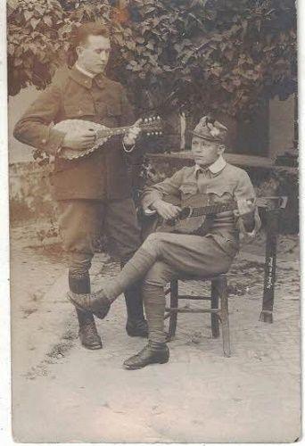 Voják s mandolínou a voják s kytarou